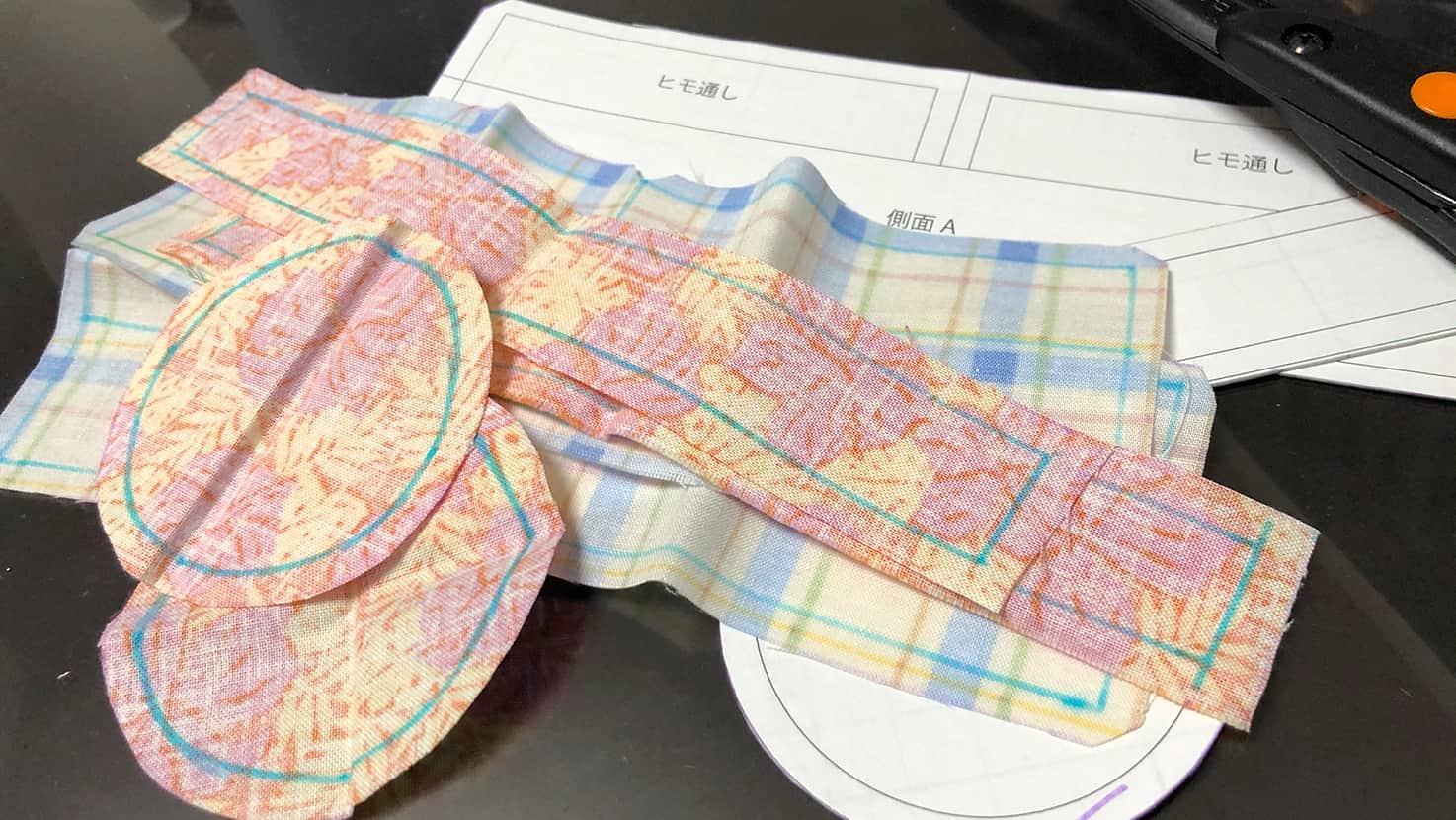 型紙に沿って布地をカットした図
